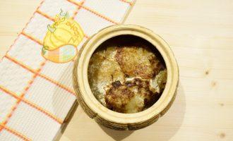 Драники со сметаной и грибами в горшочке
