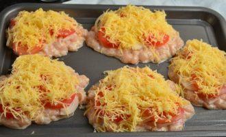 Котлеты рубленые из куриного филе с помидорами и сыром в духовке