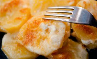 Картофель в духовке с сыром