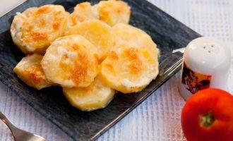 Картофель запечённый в духовке с сыром